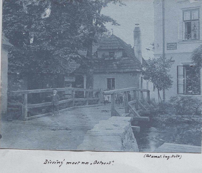 Původní dřevěný most před hostincem Na Ostrově, vpravo, počátek 20. století
