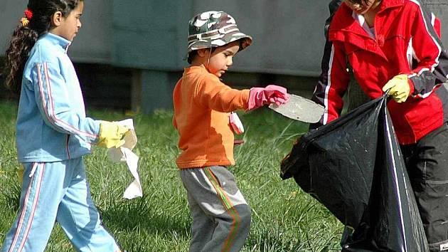 Na sídlišti v České Třebové pomohly v sobotu po několik hodin především děti s úklidem prostor mezi domy, u chodníků a vozovek. Organizace úklidu se ujala organizace Naděje.
