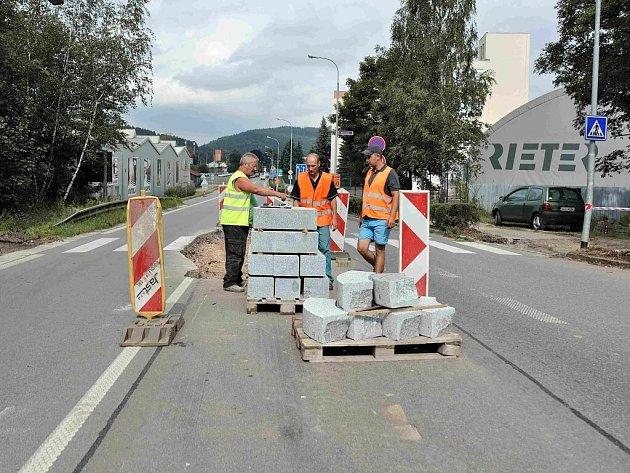 Na ulici Moravská v Ústí nad Orlicí se staví dva přechody pro chodce s bezpečnostními ostrůvky.