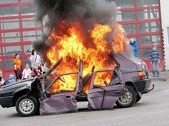Ukázka hašení hořícího auta v podání dobrovolných hasičů.