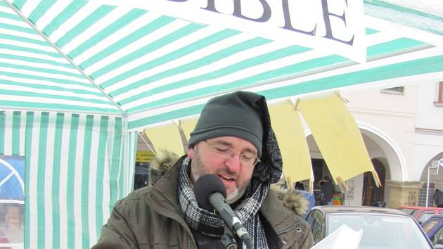 Daniel Dostrašil při Celonárodním čtení Bible v Ústí nad Orlicí.