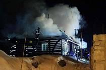 HOŘET ZAČALO NEJSPÍŠ OD KOMÍNA. Střecha roubenky se celá propadla, škoda dosáhla milionu korun.
