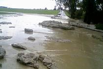 Bahno zaplavilo silnici mezi Vysokým Mýtem a Řepníky.
