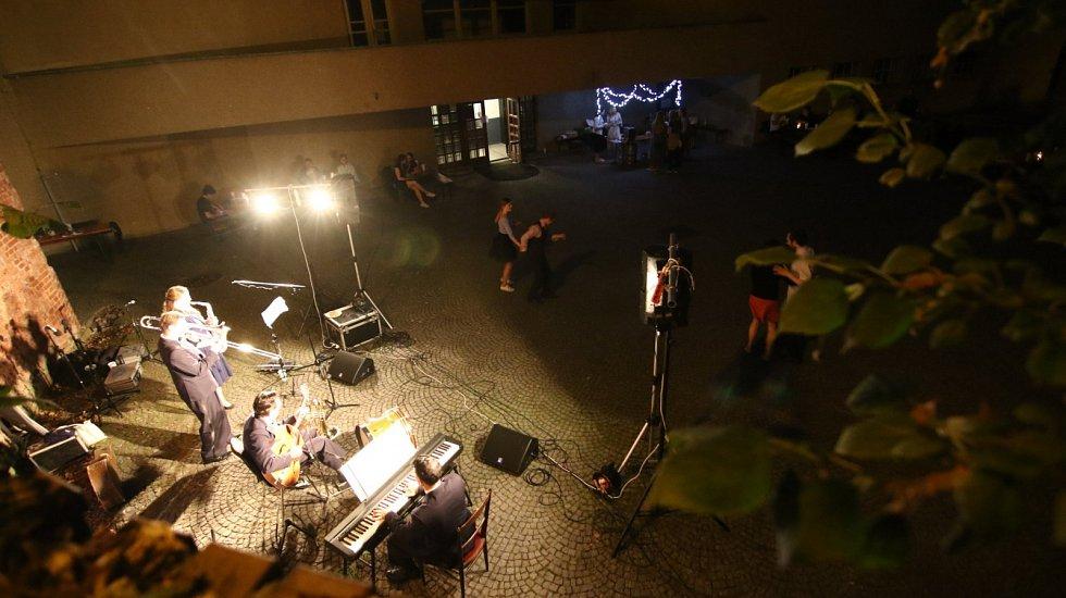 Swingová tančírna v Ústí nad Orlicí podpořila Rybovku v Banátu.