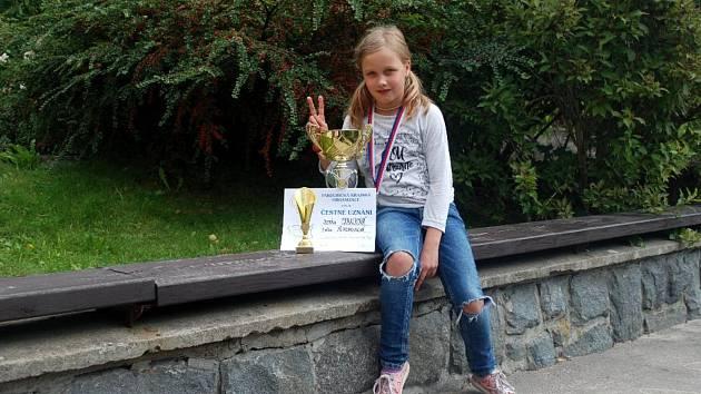 Školačka Justýna Cabalková z Bohousové dominovala krajské atletice
