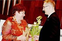 Vlasta Pavlousková převzala anděla z rukou radního Pardubického kraje Pavla Šotoly.
