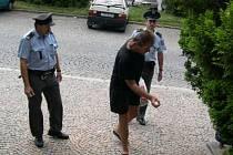 Trpělivost především. Českotřebovští policisté nejprve čekali až pasažér opustí rychlík, potom až dokouří.