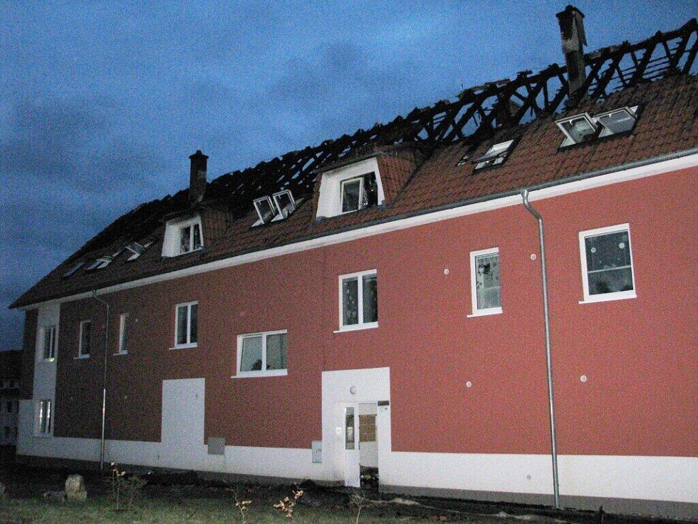 V Rudolticích hořel bytový dům.
