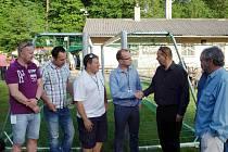 Radní Pardubického kraje předávali v Rybníku zástupcům fotbalových klubů další bezpečné branky.