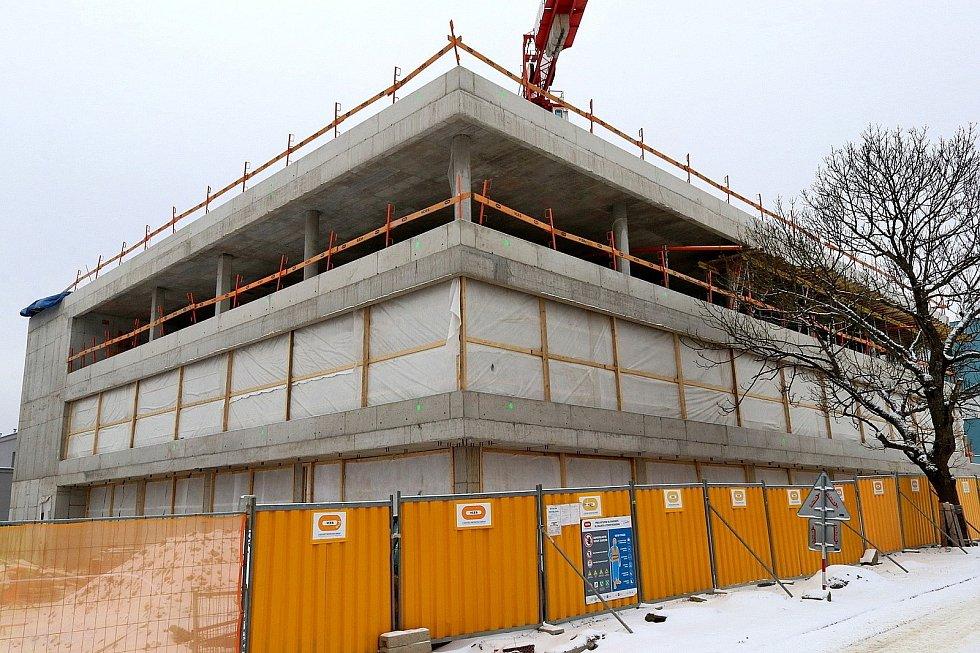 Stavba centrálního příjmu v Orlickoústecké nemocnici pokračuje podle plánu, dokončen byl betonový skelet.