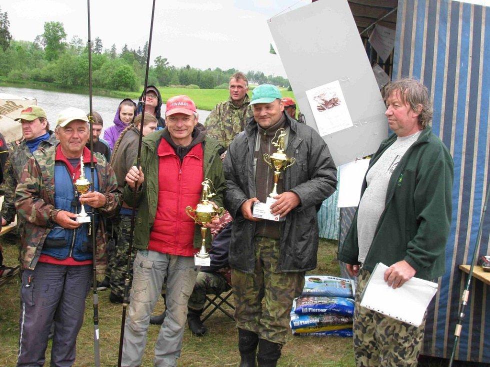 Rybářské závody na rybníku Mostiska v Lukavici.