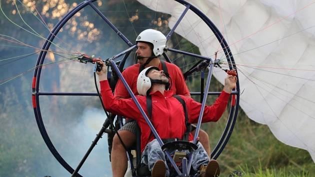 Ze Sletu chroustů, setkání příznivců létání, zejména motorového paraglidingu, na polním letišti v Červeném Potoce u Králík.