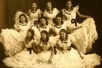 Skupina děvčat okolo roku 1939. Nahoře zleva: Marta Klaclová, Líba Habrmanová, Ema Podvalová. Střední řada zleva: Marie Marková, Věra Poláčková, Eliška Chlapíková. Dole zleva: Slávka Balatková, Líba Vondrová, Jarmila Spolwindová (Přibylová).