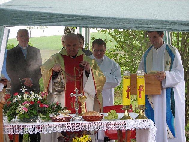 Slavnostní svěcení kaple Panny Marie v Zaječinách.