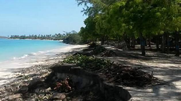 Zničená pláž v Mole, celé městečko leží přímo u břehu moře.