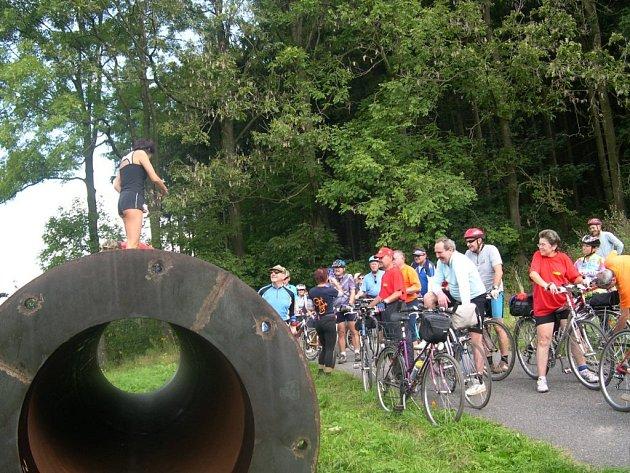 Během zastávky  v Brandýse n. O. seznámil místostarosta Luboš Marek účastníky cyklojízdy mj. s variantami vedení železničního koridoru údolím Tiché Orlice. Cyklisté se také zajímali o zdejší labyrint nebo (viz snímek) o skulptury podél budoucí cyklostezky