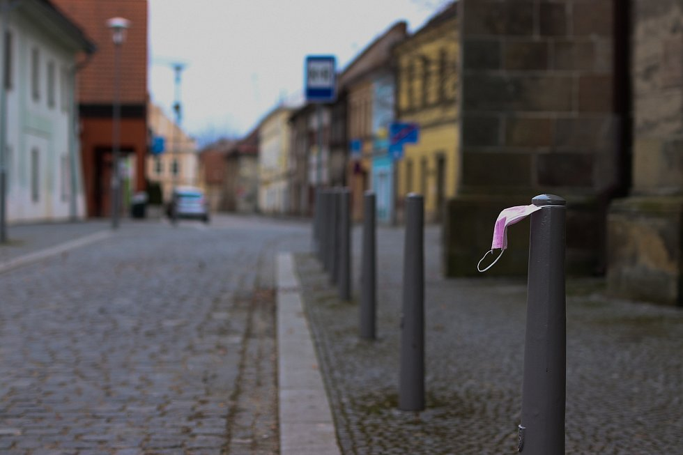 Zatímco před rokem jsme šili látkové roušky a poctivě je vyvařovali, dnes se jednorázové roušky a respirátory válí po ulicích, Foceno: Renata Jílková, FotíRna