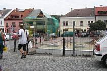"""Na Starém náměstí byly do země zasazeny sběrné nádoby pro """"bezedné"""" odpadkové koše na tříděný odpad."""