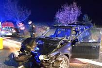 Mezi Mýtem a Dvořiskem auto narazilo do stromu.