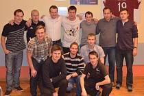 SEMINÁŘE rozhodčích v Ústí nad Orlicí se účastnil i sudí Pavel Královec (horní řada třetí zleva). Vedle něho prvoligový asistent David Hock (druhý zleva).