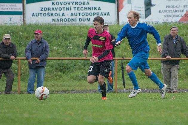 Česká Třebová porazila Moravany (v modrém) vysoko 4:0.