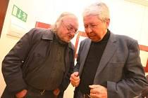 VÝTVARNÍK JAN STEKLÍK v rozhovoru s ústeckým radním Václavem Kličkou při vernisáži výstavy Ňadrovek.