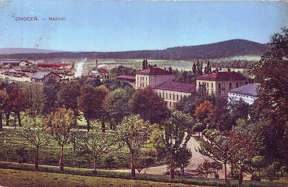 Kolorovaná pohlednice na choceňské nádraží, vpravo je vidět část bývalého Spieglova hotelu