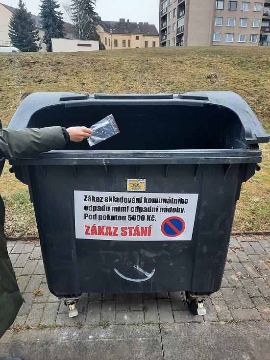 Samotestovací sady vložte do plastového sáčku a vyhoďte do černé nádoby na komunální odpad.