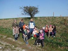 Děti z Helvíkovic sázely stromy.