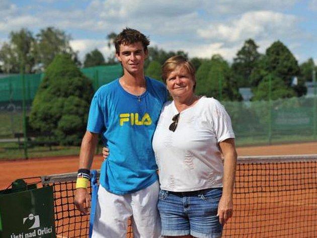 Volnou kartu pořadatele dostal sedmnáctiletý Mark Mandlík (USA) – svého syna vÚstí nad Orlicí doprovází někdejší 3. hráčka světa a vítězka čtyř Grand Slamů ve dvouhře (Australian Open 1980 a 1987, French Open 1981 a US Open 1985) Hana Mandlíková.
