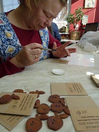 Vdomově na Žampachu vyráběli drobné dárky pro účastníky akce Kdo miluje, daruje krev.