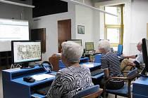 Školení o internetu v knihovně.