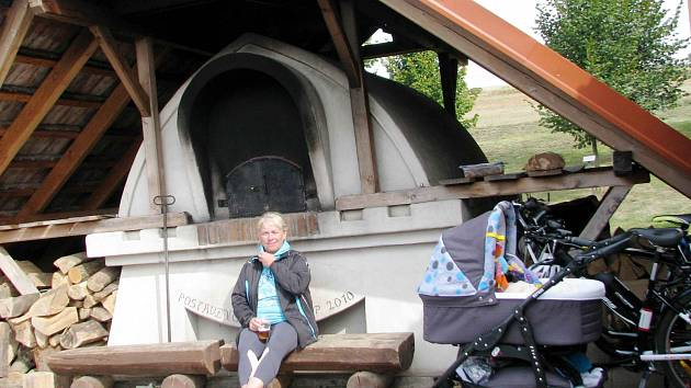 Pec v Sopotnici se opět rozehřála, o víkendu v ní místní znovu pekli chléb.