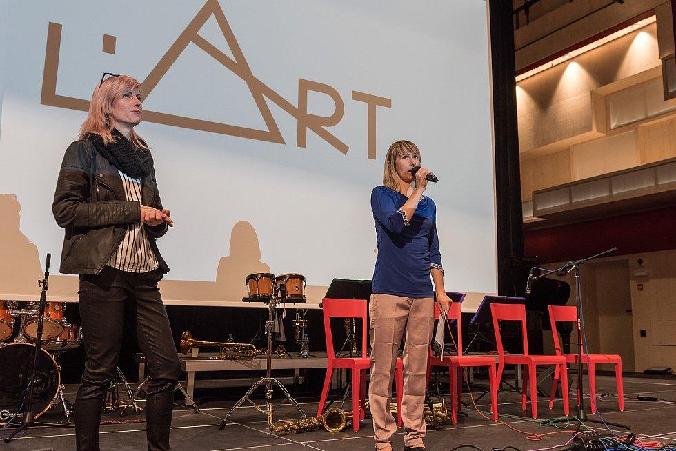 Nový kulturní dům v Lanškrouně, který nese název L´art centrum, se ve středu odpoledne poprvé otevřel veřejnosti.