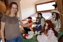 Sběratelka Jiřina Havlová se svými panenkami v letohradském Muzeu řemesel.