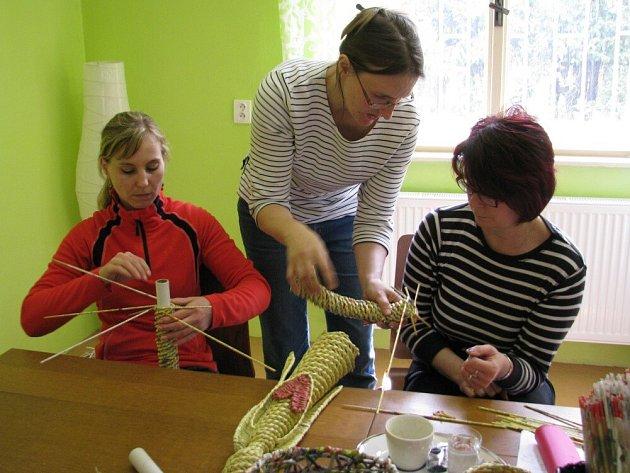 Pletení z papíru, které učí Katka Fišarová z mateřského centra Medvídek.