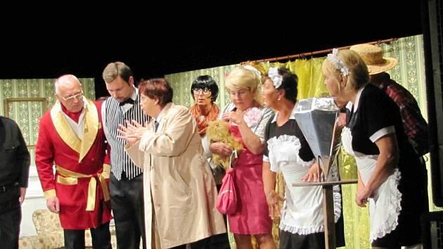 """Představení ochotnického souboru Vicena s názvem """"Madam Colombová zasahuje aneb Kam zmizel ten diamant?"""""""