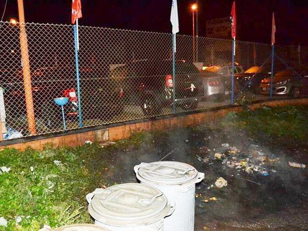 Plameny přeskočily z hořících kontejnerů na auta v autobazaru.