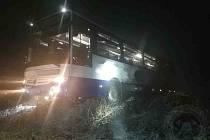 Do Čenkovic spěchaly jednotky hasičů v úterý časně ráno. Důvodem byl visící autobus nad příkopem.
