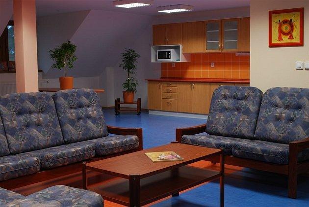 V přízemí zámku jsou prostory také pro zdravotní péči, včetně fyzioterapie a dále rovněž moderní kuchyně, ze které bude zajišťována distribuce jídla pro jednotlivá oddělení v celém areálu domova. Celková lůžková kapacita zámecké budovy je nyní  42 míst.