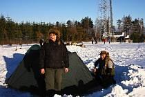 Zimní krajina přilákala na Kozlov nejen táborníky, ale i lyžaře, kteří se nechali zapřáhnout za koňský vlek.