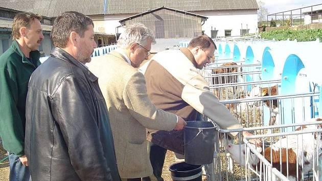 V Aveně zachytil snímek (zprava) Jiřího Papeže, Oldřicha Žďárského a asistenta poslance.