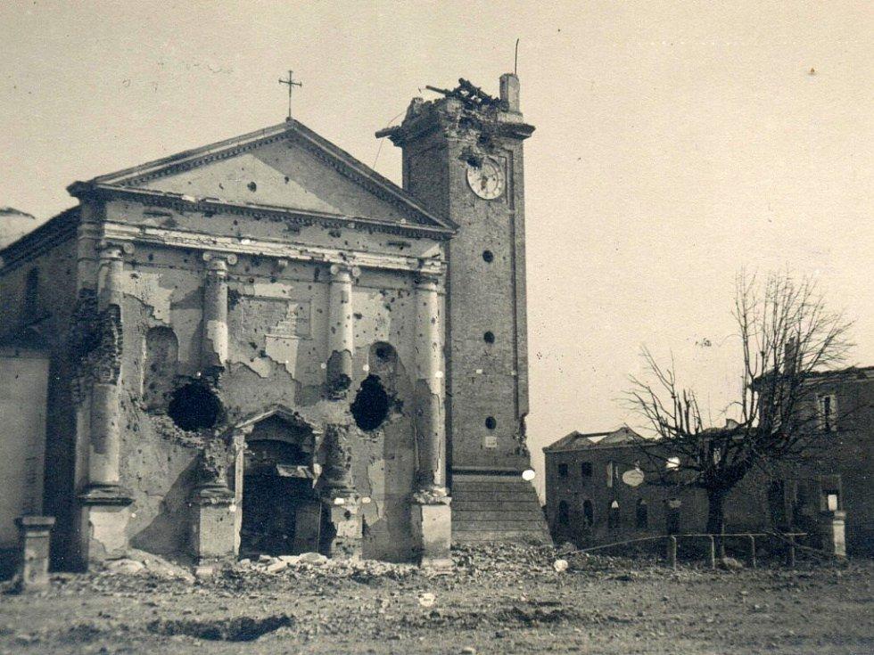 1918. Zasažená věž kostela v Grisolera. (Italské město, nyní Eraclea, oblast Benátsko)