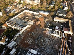 Z okolních ulic se textilní továrna Perla 01 zdá stále stejná, bourání kryjí obvodové zdi. Ty jediné ale zůstaly, jak je patrné ze snímků pořízených dronem, uvnitř areálu jsou už jen základy a zbytky suti. Demolice bude pokračovat v příštím roce.
