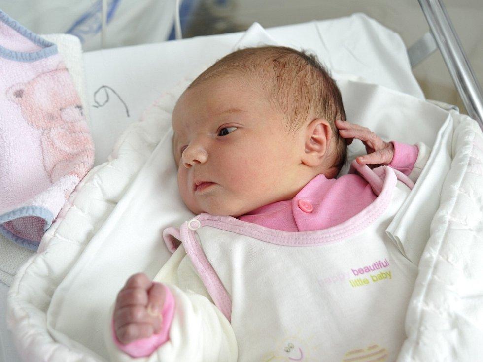 Karolína Kopecká je první radostí pro rodiče Hanu Koňarikovou a Marcela Kopeckého z Vysokého Mýta. Svět uviděla 30. května v 18.50 hodin a vážila 4.38 kg.