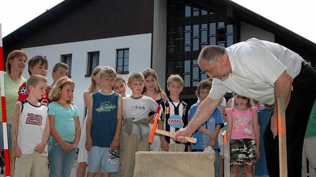 Bezpečnou cestu do školy otvíral také člen rady Pardubického kraje Petr Šilar.
