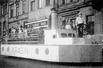 """Fotografie Krasinu, který jezdil o ústecké pouti. Šlo o maketu ledoborce na valníku, který projížděl městem a vozil """"výletníky""""."""