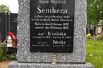 """Výsadba pravidelně mizí nejen z hrobu sovětských vojáků, ale také významných lokálních osobností. Město tak do prázdných míst umisťuje cedulky s nápisem """"ukradeno""""."""