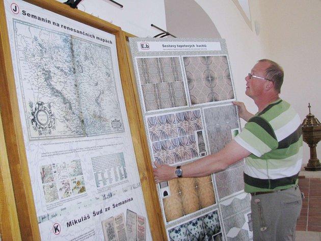 David Smyčka při přípravě výstavy Semanínská renesance.