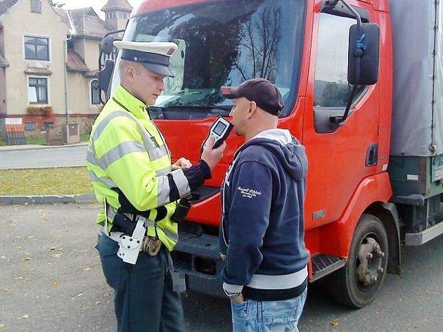 Dopravní kontrola nákladních aut na Orlickoústecku.